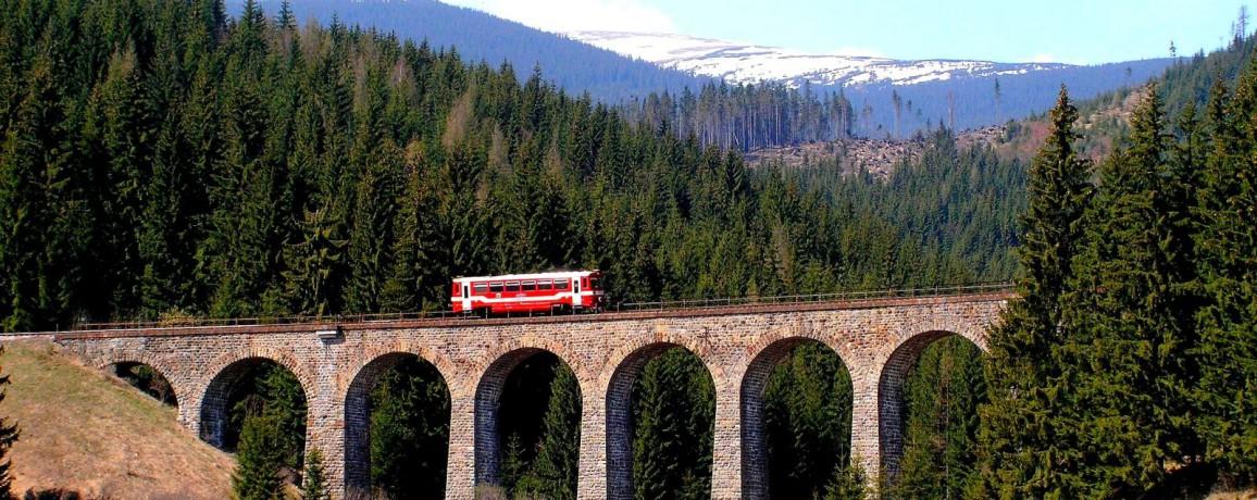 Viadukt_je_nedaleko_od_Telgartu__V_pozadi_Kralova_hola / Kronika Slovenskej republiky, fotografie Slovenska