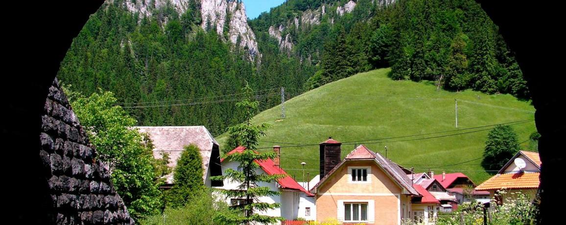 Je_to_pohlad_spod_zeleznicneho_nadjazdu_smerom_na_obec_Stratena__v_Slovenskom_raji / Kronika Slovenskej republiky, fotografie Slovenska
