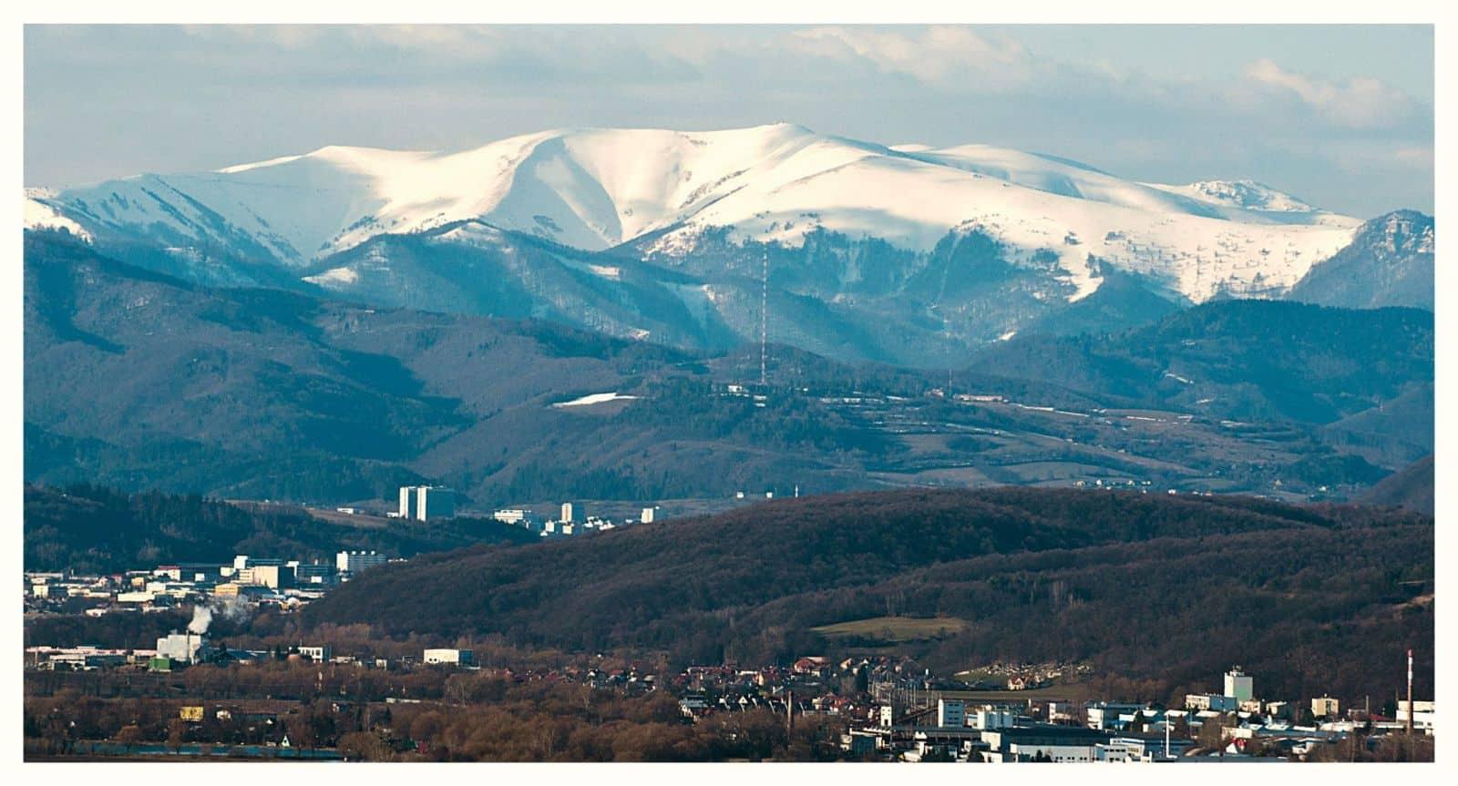 Autor: Miroslav Turek_Hiking photography © Banska_Bystrica_v_pozadi_masiv_Nizkych_Tatier