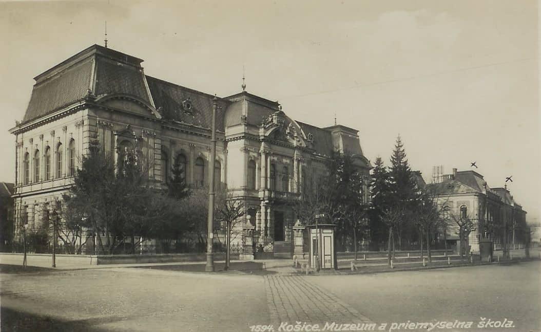 Autor: Budova_muzea_na_Husitskom_namesti__Namestie_Maratonu_mieru Košice historické fotografie / Kronika Slovenskej republiky